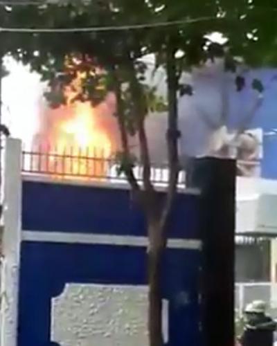 Trạm biến áp bốc cháy dữ dội sau vụ nổ. Ảnh: TNN
