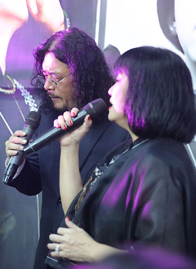 Ca sĩ Cẩm Vân chia sẻ: Thứ sáu tuần trước tôi vào thăm bệnh viện thăm Minh Thuận. Nhìn Thuận, tôi không dám khóc. Bây giờ, tôi muốn nhắn em hãy tự hào vì em được quá nhiều người thương em. Em hãy ra đi thanh thản và bình yên nhé. Đến 22h, Cẩm Vân - Khắc Triệu hát mở đầu phần hai của chương trình bằng ca khúc Cát bụi.