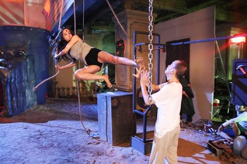 Elly Trần phải thực hiện cảnh quay đạp thẳng vào ngực Minh Thuận. Cô đã rất lo sợ nhưng được nam nghệ sĩ động viên.