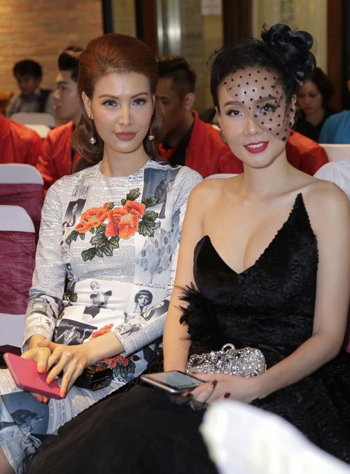 Diễn viên, người mẫu Thanh Hoài kín đáo, thanh lịch với váy họa tiết những trang báo.