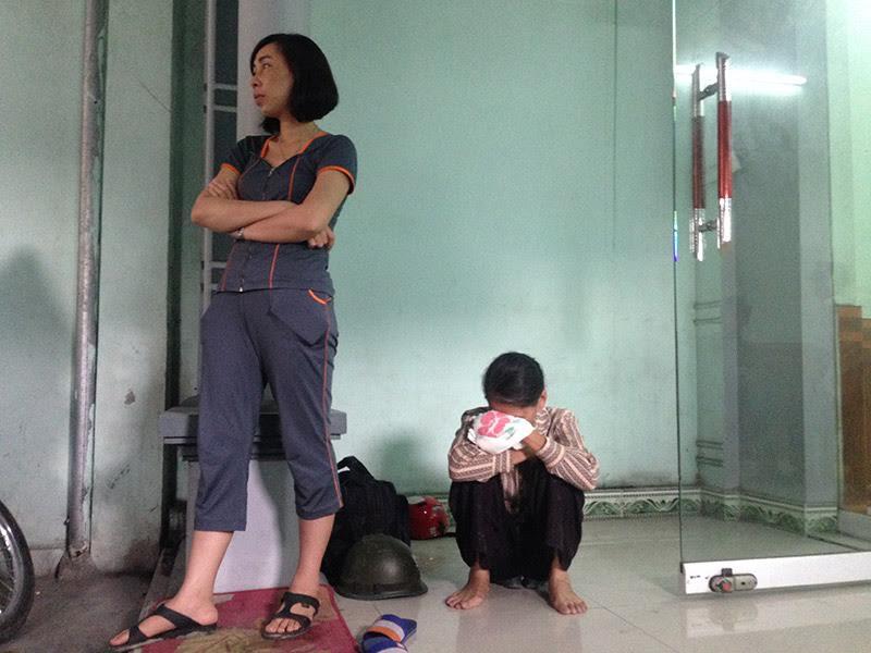 Người thân chị Thanh buồn bã khi nghe hung tin.