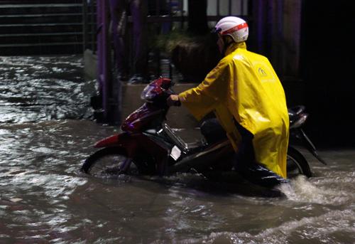 Xe chết máy trên đường Nguyễn Hữu Cảnh vì ngập sâu. Ảnh: Duy Trần