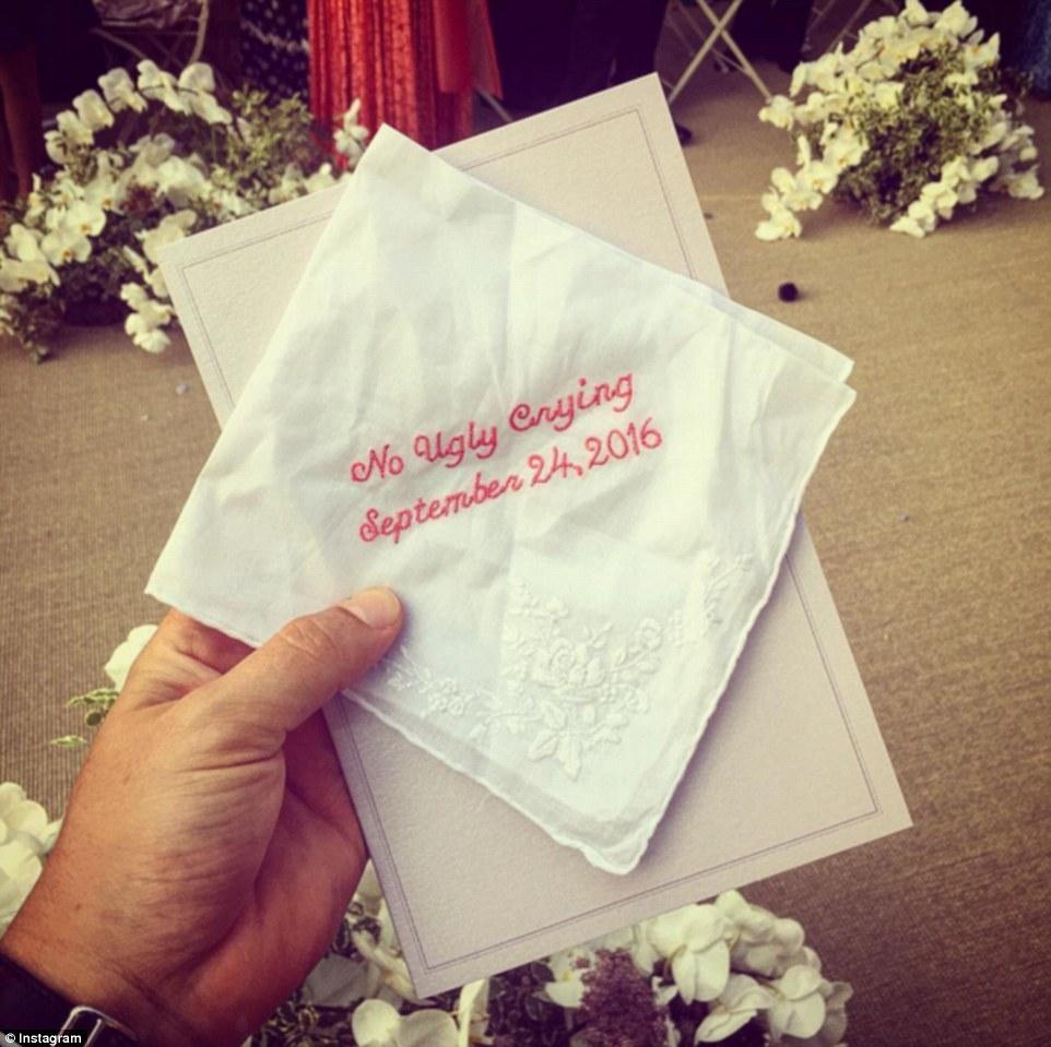 Tiết lộ một góc thiệp mời cưới với câu nói dường như để an ủi cô dâu in trên khăn tay Không được khóc, sẽ xấu xí.