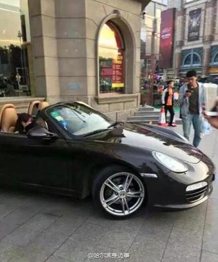 Cặp đôi rời hiện trường tỏ tình trên chiếc Porsche đắt tiền. Ảnh:Shanghaiist