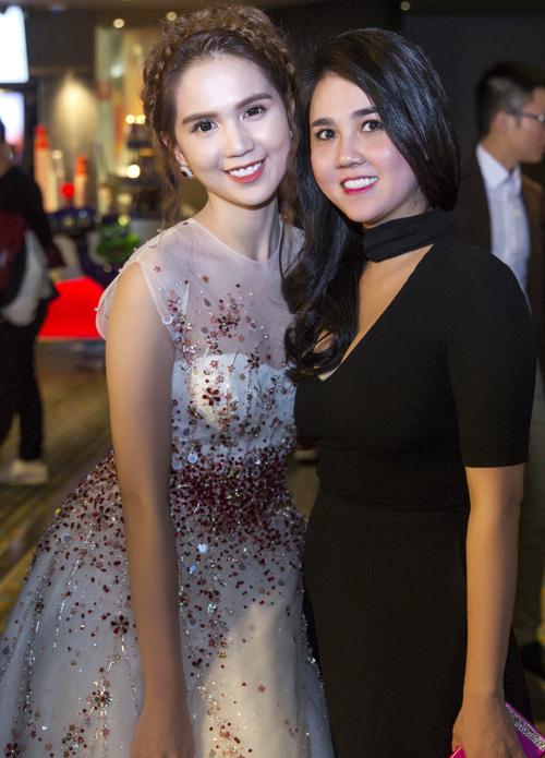 Chị gái Ngọc Trinh là Ngọc Bích cũng đi Australia dự LHP cùng em.