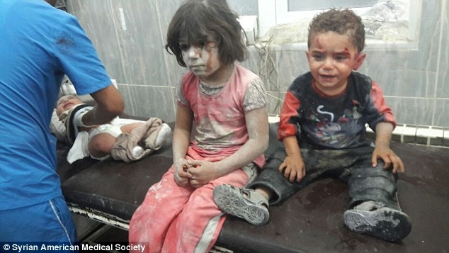 Ít nhất 100 nghìn trẻ em đã mất gia đình trong cuộc chiến tranh.