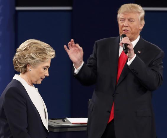 Hillary Clinton và Donald Trump trong cuộc tranh luận trực tiếp lần 2.