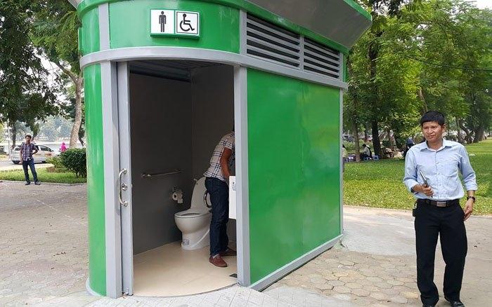 Nhà vệ sinh công cộng có vỏ ngoài bằng sắt sơn màu xanh lá cây