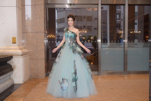 Bộ đầm xòe màu xanh nhạt do nhà thiết kế Hoàng Hải thực hiện riêng cho Hoa hậu.