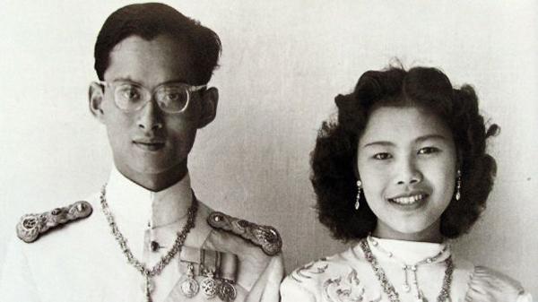 Quốc vương Bhumibol và vợ, Hoàng hậu Sirikit. Ảnh: AFP