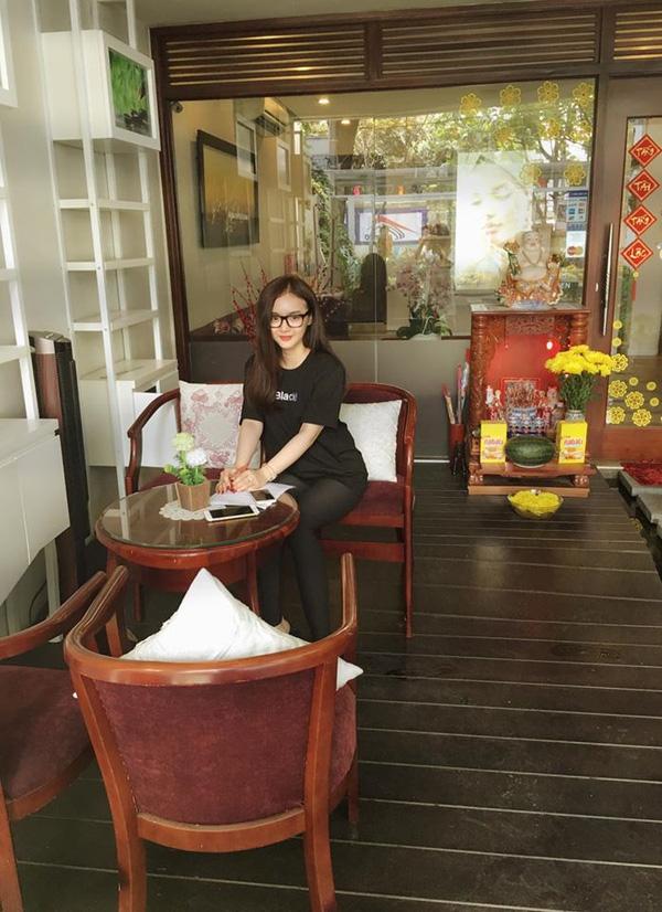 Em gái Phương Trinh đã lớn hơn xưa, ra dáng cô chủ thành đạt, chăm chỉ học hỏi kinh doanh thay vì bon chen tiệc tùng, chơi bời.