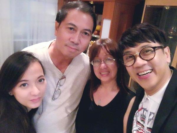 Xuân Nghi bên bố mẹ và nghệ sĩ Thành Lộc.