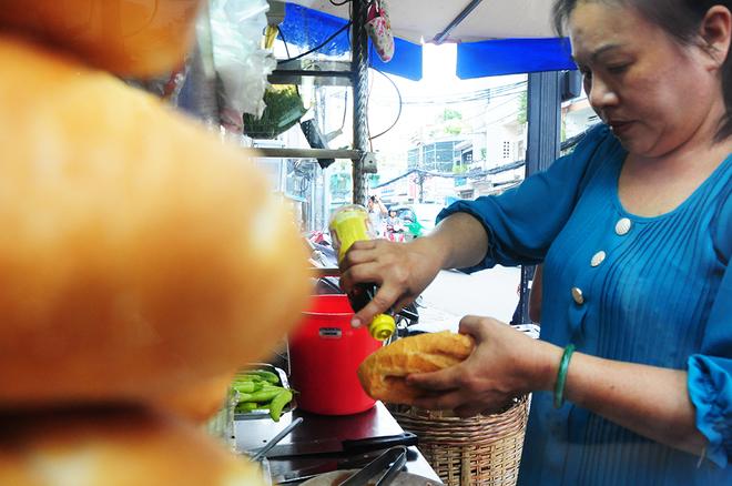 Để ổ bánh mì tròn vị và mang dấu ấn riêng, toàn bộ các phụ kiện từ món dưa chua đến các món đi kèm khác đều được gia đình tự làm.         Patê gan luôn được làm từ gan tươi và bán hết trong ngày nên có vị béo và thơm.         Xe bánh mì không dùng ớt sừng đỏ mà dùng mỗi loại ớt xanh (giống ớt miền Trung) vừa cay vừa thơm. Ngoài ớt và đồ chua làm từ củ cải trắng và cà rốt, bánh mì phá lấu còn được ăn kèm dưa leo, hành lá và ngò rí.         Ngoài phá lấu đùi heo, xe bánh mì còn phục vụ món bánh mì gà. Cọng gà được ướp mằn mặn ngòn ngọt có mùi thơm.         Đặc biệt bánh mì của quán không nướng bằng lò điện mà nướng bằng lò củi nên có mùi thơm đặc trưng. Ổ bánh mì giòn bên ngoài và đặc ruột, ít bị rơi vãi khi ăn.         Thịt đùi heo phá lấu được xắt miếng mỏng cho vào bên trong cùng patê gan, bơ, nước tương, muối ớt và các loại nguyên liệu khác.
