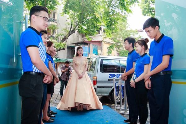 Sau khi quay chương trình, Tú Anh ăn vội để đến dự một event của một hãng điện thoại.
