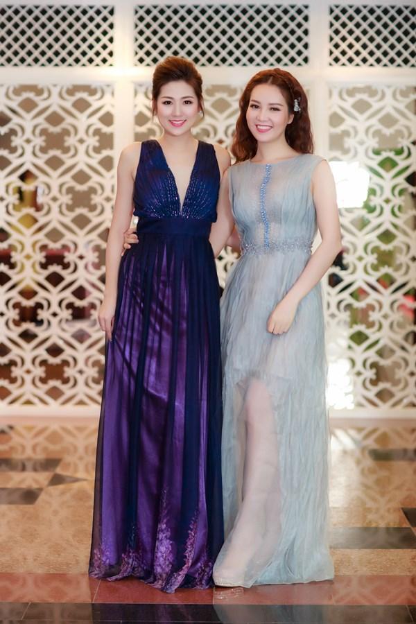 Tú Anh hội ngộ đàn chị Thuỵ Vân, Á hậu Việt Nam 2008 cũng diện một thiết kế gam màu pastel của nhà thiết kế Xuân Lên.