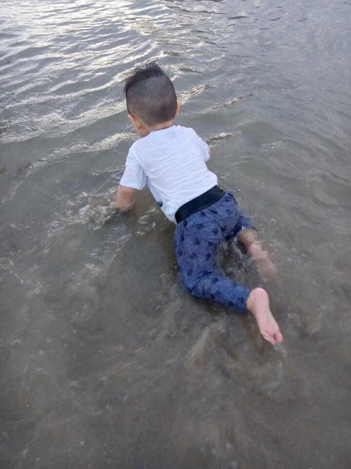 Voi tên thật là Benjamin. Bé thoải mái chơi đùa ở biển.