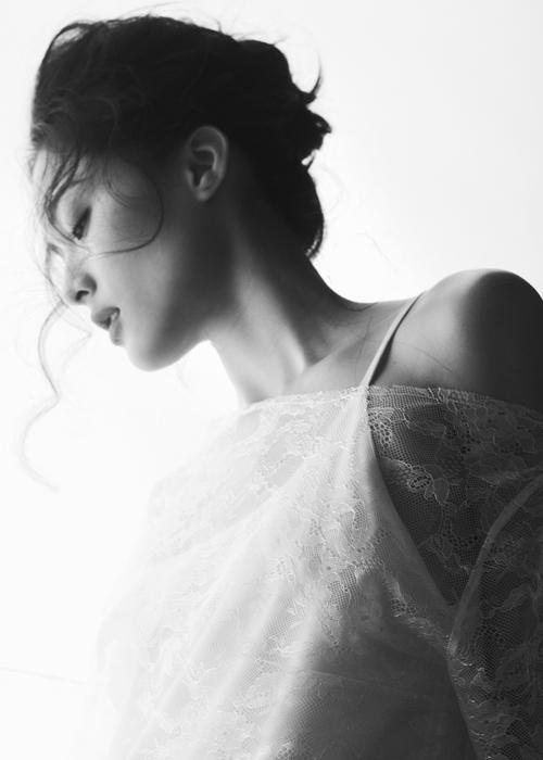 Diễn viên sinh năm 1993 nữ tính trong những bộ cánh bằng chất liệu lụa, ren xuyên thấu mềm mại, tinh tế.