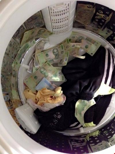 Chỉ đến khi vợ lục đống đồ cũ để giặt thì chiêu trò mới bị lật tẩy.