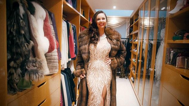 Một góc phòng chứa quần áo của cô Nina.