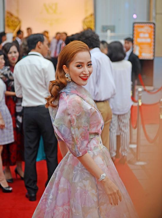 Khánh Thi từng chia sẻ Phan Hiển không có sự ghen tuông với Chí Anh. Thậm chí chồng cô còn làm việc, phối hợp tích cực với Chí Anh trong mỗi dịp hợp tác cùng nhau.