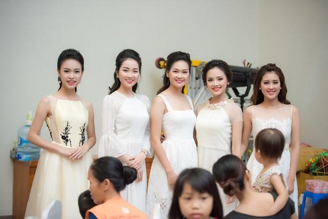 Các người đẹp diện váy trắng hóa thân thành những chị Hằng để giao lưu và phát quà cho các em nhỏ.