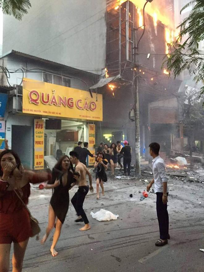 Theo các nhân chứng, đám cháy xảy ra khi trong quán có nhiều khách và nhân viên. Biết có hỏa hoạn, đám đông tháo chạy hỗn loạn, một số người có biểu hiện say rượu phải dìu ra ngoài. Có nạn nhân bị lửa rơi trúng. Ảnh: Facebook Mustang Cobra.