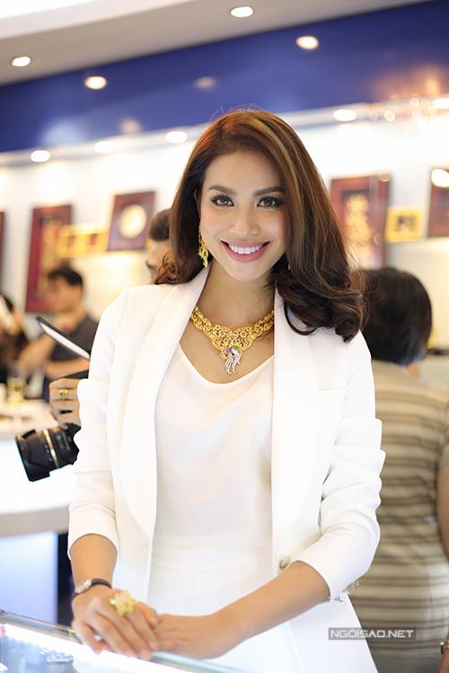 Hoa hậu Hoàn vũ Việt Nam 2015 cười toả nắng khi thấy nhiều ống kính hướng về phía mình.