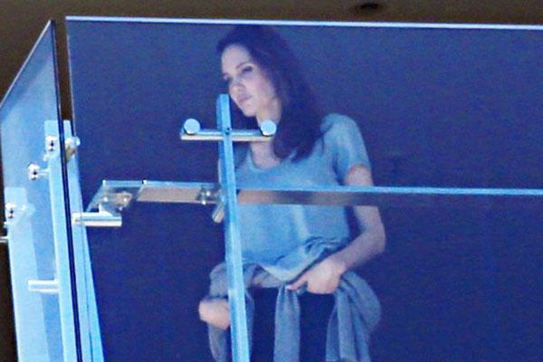 Jolie đứng nhìn xa xăm, gương mặt bơ phờ, rầu rĩ.