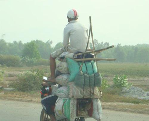 Những hình ảnh xe máy thồ hàng có lẽ chỉ có ở Việt Nam - (Ảnh: Internet).