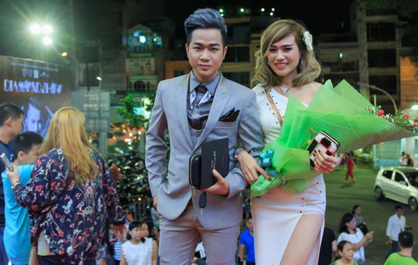 Quách Tuấn Du bật mí, cô gái đi cùng là người yêu anh, hiện kinh doanh ở lĩnh vực đồ nội thất. Cả hai quen biết đã lâu nhưng mới hẹn hò được hơn một năm.