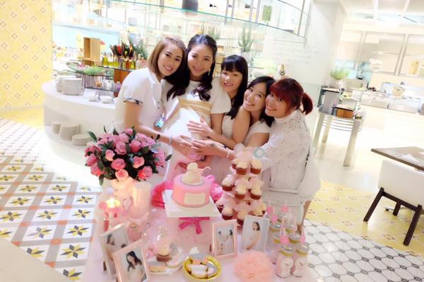 Những người bạn thân sờ bụng Phan Như Thảo, chúc mừng cô sẽ mẹ tròn con vuông.