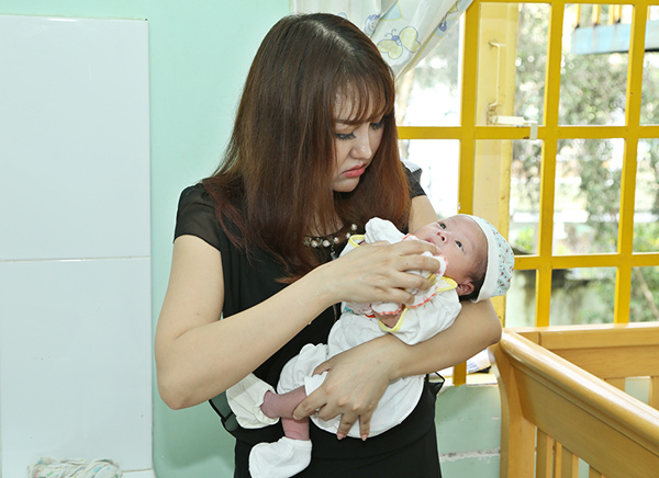 Phi Thanh Vân xót xa khi thấy một bé sơ sinh bị hăm cổ.