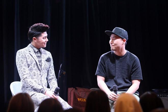Ngoài ra, anh không quên mời các vị khách đặc biệt người Hàn Quốc đã hỗ trợ anh đến buổi họp fan. Trong ảnh, quán quân The Remix 2016 giới thiệu và gửi lời cảm ơn tới nhạc sĩ sản xuất ca khúc I Don't Believe In You.