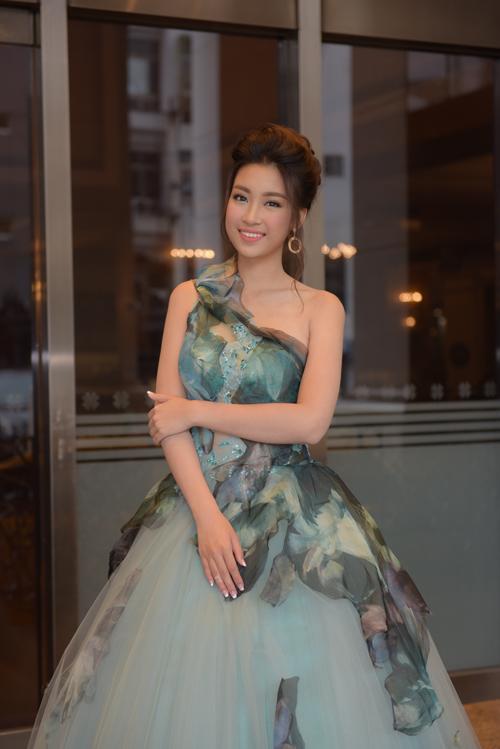 Khi Đỗ Mỹ Linh xuất hiện, các khách mời vô cùng hào hứng, bất ngờ, bởi ban tổ chức không hề thông báo trước có sự xuất hiện của Hoa hậu Việt Nam 2016.