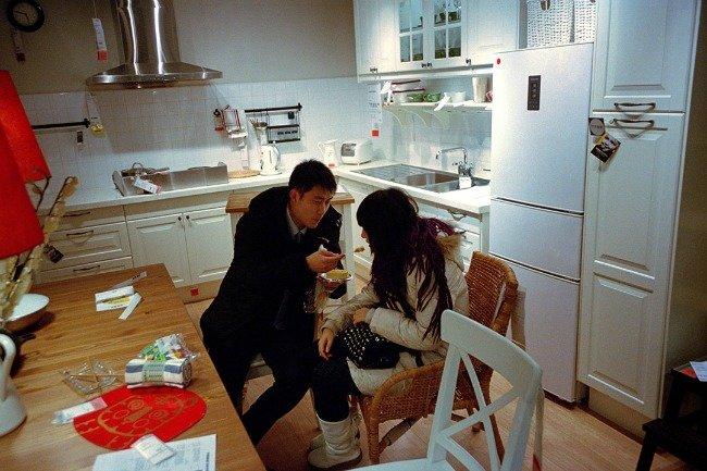 Những đôi tình nhân vào khu nội thất nhà bếp của siêu thị thoải mái ăn uống và xả rác bừa bãi ngay trên bàn.