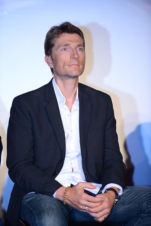 Jean-Michel Richaud lần đầu sang Việt Nam đóng phim. Anh là diễn viên Pháp, từng tham gia The Bourne Indentity (2002), The King Speech (2010), Siler Linings Playbook (2012), lồng tiếng Frozen (2013), The Revevant (2015). Nói về cảm xúc khi đóng phim với Nhung Kate, đặc biệt trong các cảnh nóng, anh chia sẻ, điều quan trọng nhất là anh tạo được niềm tin ở cô.
