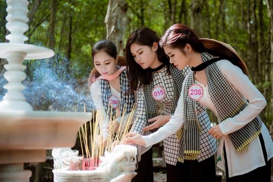 Các cô gái đã dâng hương tại nghĩa trang liệt sĩ.
