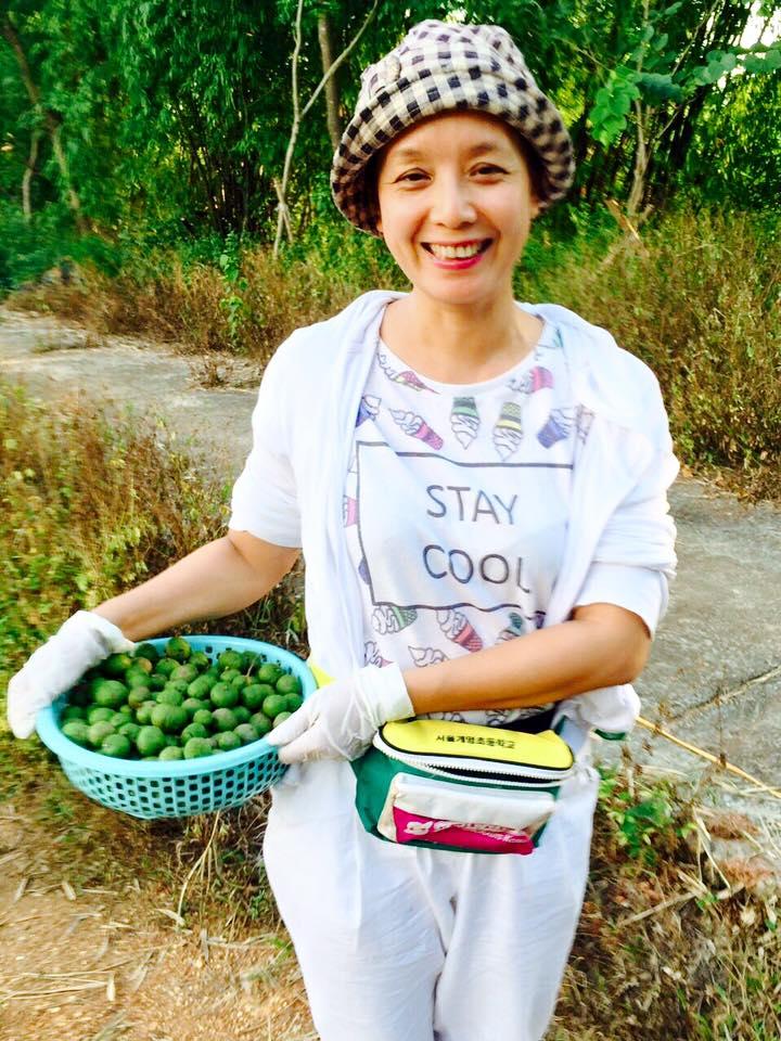 Chị thường tự tay thu hoạch sản phẩm của vườn nhà.