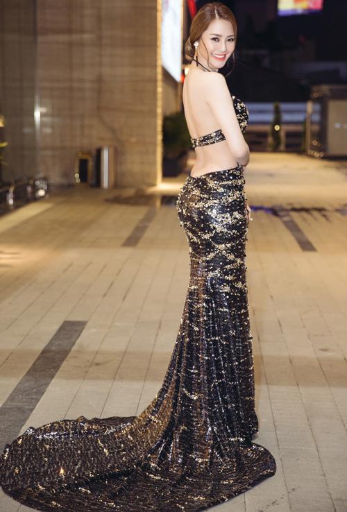 Bộ váy không chỉ hở trước mà còn hở sau đầy táo bạo. Linh Chi vẫn trung thành với phong cách sexy từ khi mới gia nhập showbiz Việt.