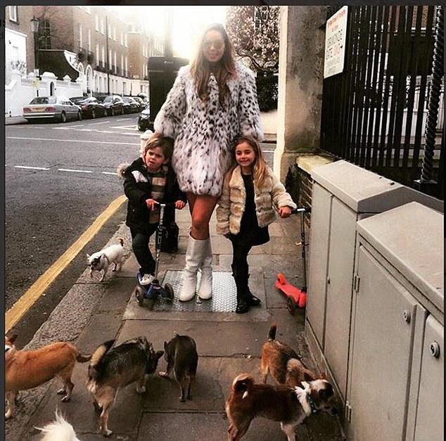 Cô Nina còn nuôi 7 chú chó, và cũng có những nhân viên chuyên chăm sóc cho thú cưng của cô.