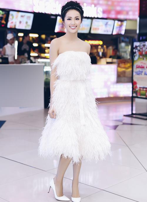 Người đẹp kết hợp phụ kiện giày, trang sức ton-sur-ton trắng hài hòa.