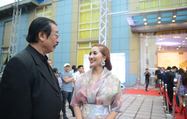 Khánh Thi trò chuyện với ông Nguyễn Hồng Minh - nguyên vụ trưởng vụ thể thao thành tích cao. Kiện tướng dancesport luôn coi ông Minh là người thầy lớn của mình.