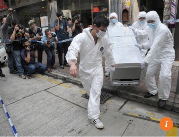 Cảnh sát đưa chiếc tủ lạnh tang vật ra khỏi nhà.