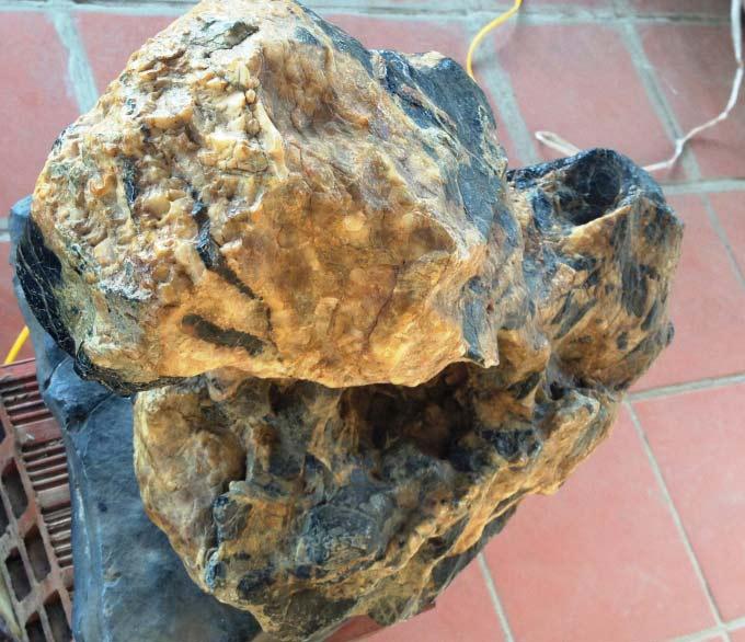 Hòn đá có màu sắc tự nhiên.