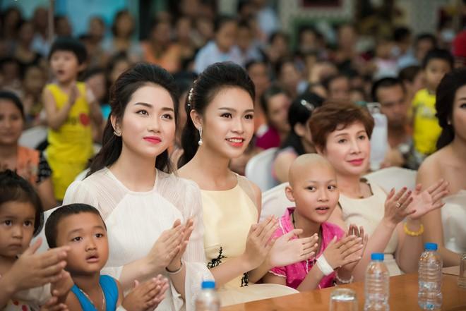 Lan Hương và Ngọc Vân cùng các em chăm chú theo dõi các tiết mục văn nghệ.