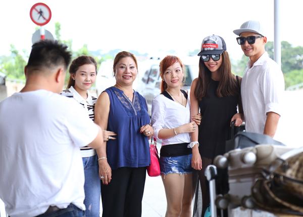 Một số khán giả nhận ra vợ chồng Thúy Diễm - Lương Thế Thành nên đã xin chụp hình kỷ niệm.