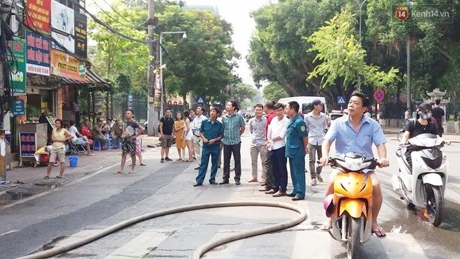 Nhiều người dân quanh khu vực tập trung theo dõi vụ việc