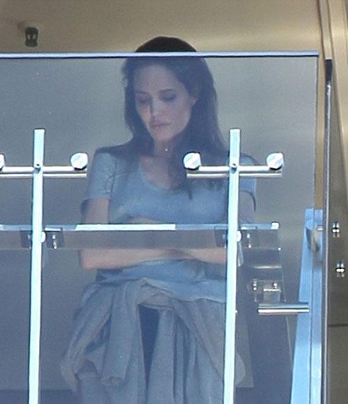 """Trong cuộc phỏng vấn một năm sau đó, Jolie thú nhận rằng cuộc sống hôn nhân của cô cũng giống như những đôi vợ chồng bình thường khác, cũng có những lúc trục trặc. Đặc biệt là khi cô và Brad Pitt lựa chọn thực hiện một bộ phim bi kịch ngay sau tổ chức đám cưới. Nữ diễn viên chia sẻ vào tháng 11/2015 về bộ phim By the Sea: Có những ngày chúng tôi đã phải thừa nhận với nhau rằng, việc kết hợp làm phim với đi nghỉ tuần trăng mật không phải ý tưởng hay. Khi ghi hình bộ phim, chúng tôi đã rất lo lắng, căng thẳng và mọi việc diễn ra rất khó khăn""""."""