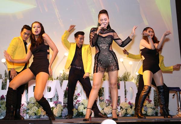 Trong bộ trang phục xuyên thấu, cut-out đầy sexy, Thu Minh hát và nhảy cuồng nhiệt cùng vũ đoàn.