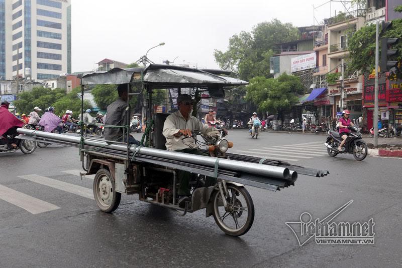 Xe mô tô 3 bánh tự chế chở hàng nặng, cồng kềnh.